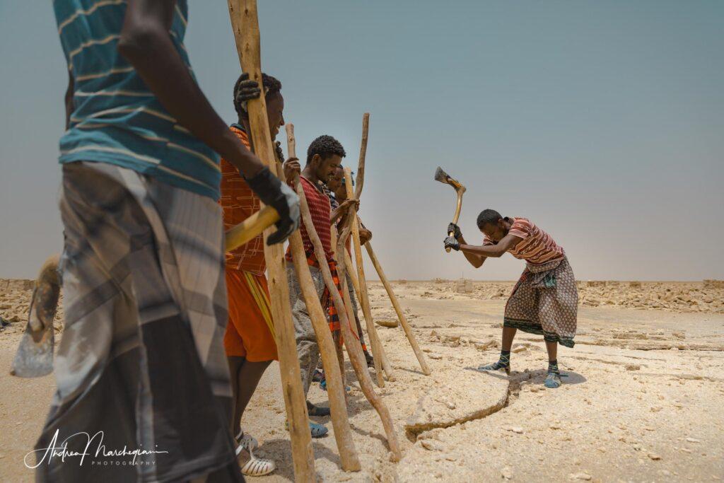 Minatori a lavoro nella miniera di sale.  Piana del Sale, Dancalia, Etiopia
