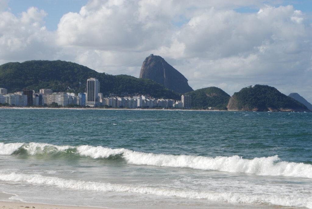 Copacabana e sullo sfondo il Pan di Zucchero (foto - dentroriodejaneiro.it)